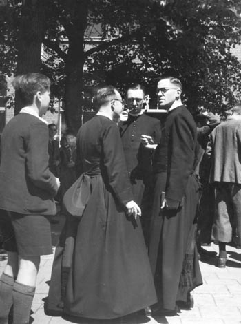 http://wiki.viaisn.org/fotos/IbcFreekVeldhuis/heren_cour_1947_directeursfeest.jpg