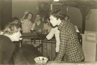 Op de achtergrond v.l.n.r. Bart Klaus, Ruud van Thiel, Willem Bekker, achter bar PietHeinSteger