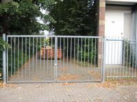 de oude toegang tot het schoolplein