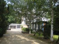 De hoofdingang en kapel