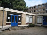 ingang tussen flat A en B, rechts het kantoor van de prefecten